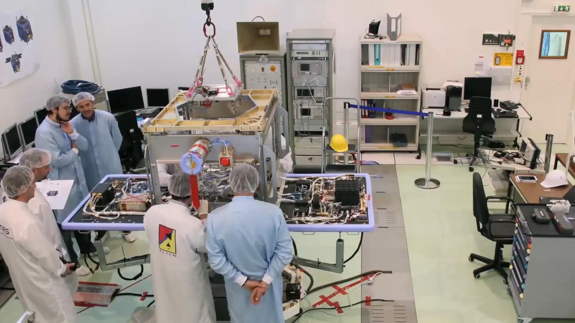 Assemblage, Intégration et Tests (AIT) du satellite MICROSCOPE par les équipes ALTEN