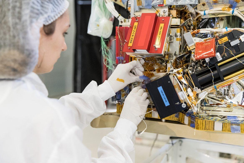 Charge utile du satellite Taranis en salle blanche au Centre spatial de Toulouse